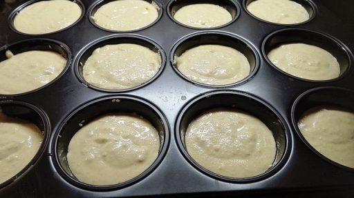 Muffin-Form mit dem Kichererbsenteig füllen